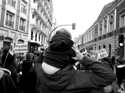 Padre con niño a los hombros en la manifestación contra de la reforma de la ley del aborto en Madrid 8F